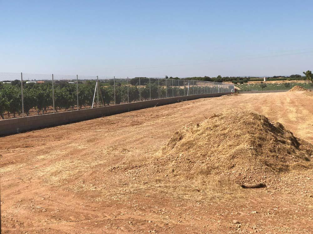 Vallado con muro de bloques en explotación agraria de Almansa